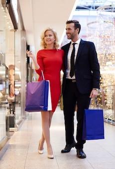 Paar in voller länge im einkaufszentrum