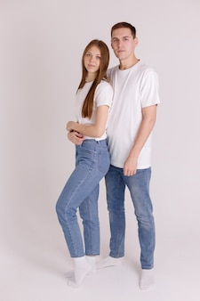 Paar in weißen t-shirts