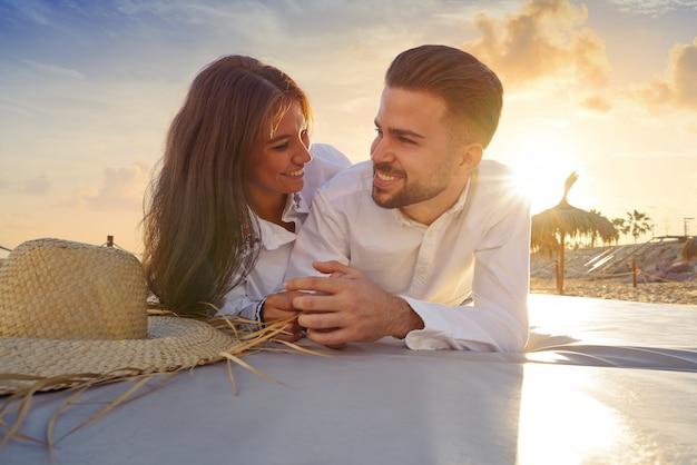 Paar jung am strand lounge sonnenuntergang