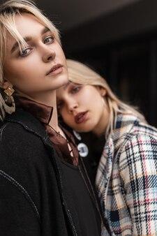 Paar junge mode-lesben in stilvollen kleidern in der straße