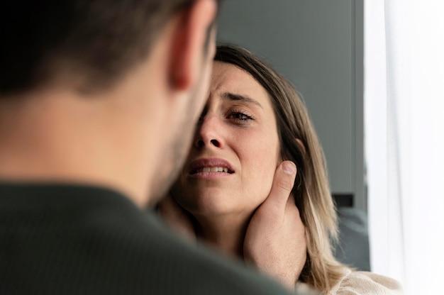 Paar kämpft mit wut zu hause