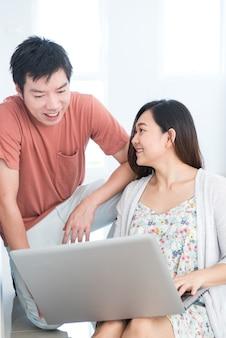 Paar kauft ein neues haus. planen, um neues zuhause zu dekorieren.