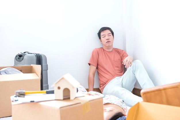 Paar kauft ein neues zuhause. versucht, weil in das haus eingezogen.