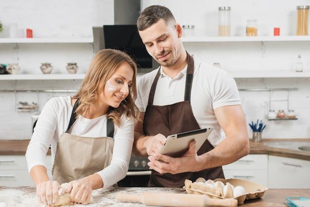 Paar kochen mit tablette