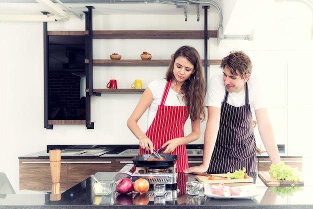 Paar kocht in ihrer küche.