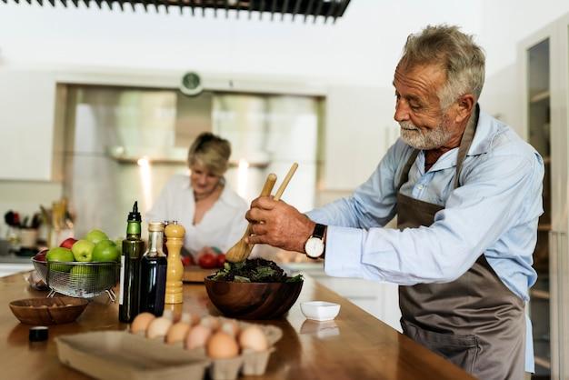 Paar kocht zusammen in der küche
