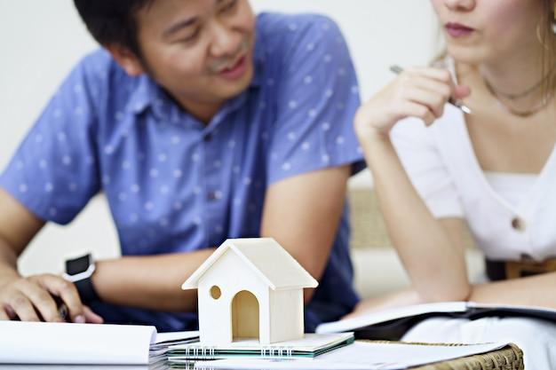 Paar konsultieren und studieren vertragsvereinbarung und lesen aufmerksam die bedingungen und bedingungen