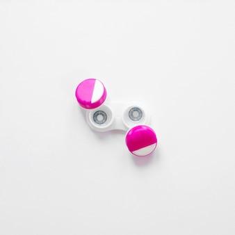 Paar kontaktlinsen auf einem weißen hintergrund