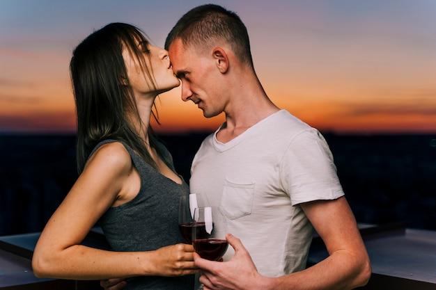 Paar küssen in der morgendämmerung