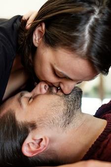 Paar küsst sich auf dem bett