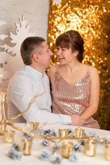 Paar kuss zwischen den glitzern auf einer party