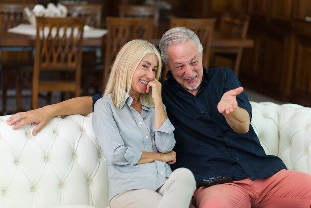 Paar lachen beim fernsehen