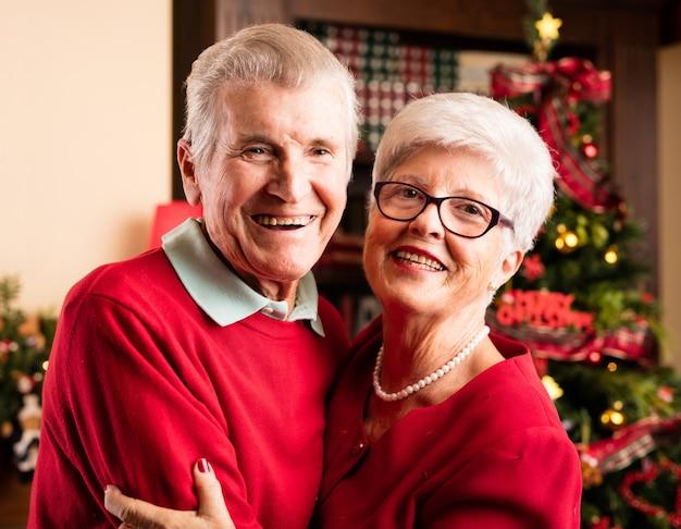 Paar lachen und umarmen