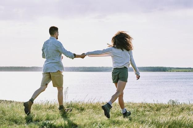 Paar läuft zum see