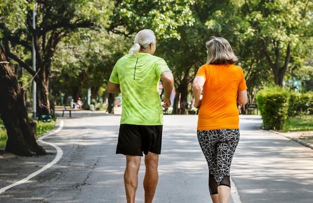 Paar läuft zusammen in einem rennen