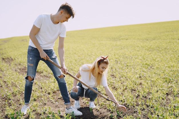 Paar landwirtschaft im landwirtschaftlichen bereich