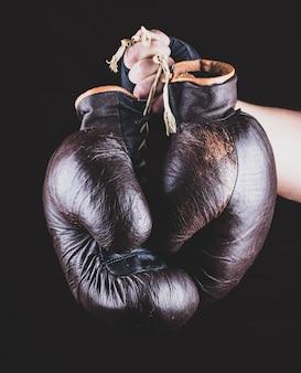Paar leder sport boxhandschuhe in der hand