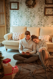Paar lesebuch auf dem boden