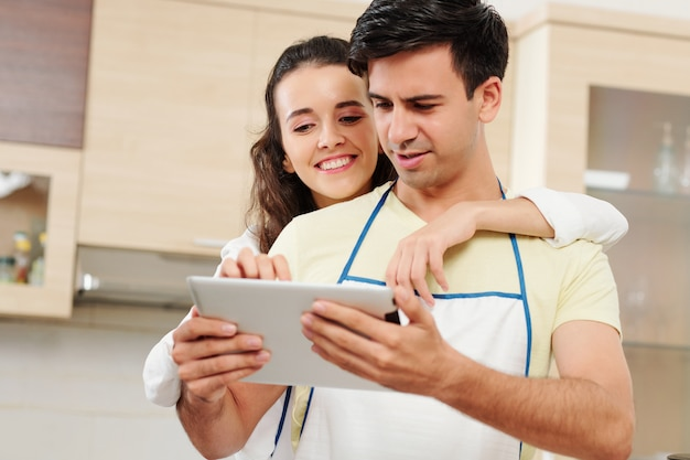Paar leserezept auf tablet-computer