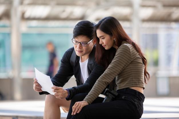 Paar lieben es, im freien zu sitzen und dokumente zu suchen
