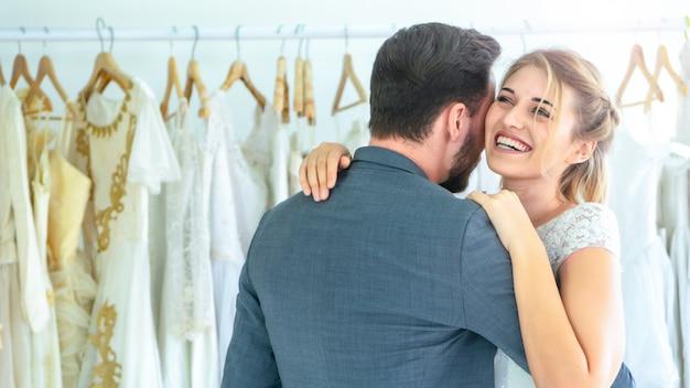 Paar lieben es zu stehen und sich zu umarmen und sich glücklich und romantisch zu fühlen.
