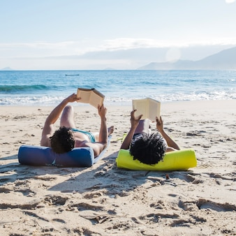 Paar liest am strand