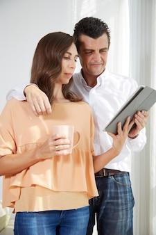 Paar liest nachrichten
