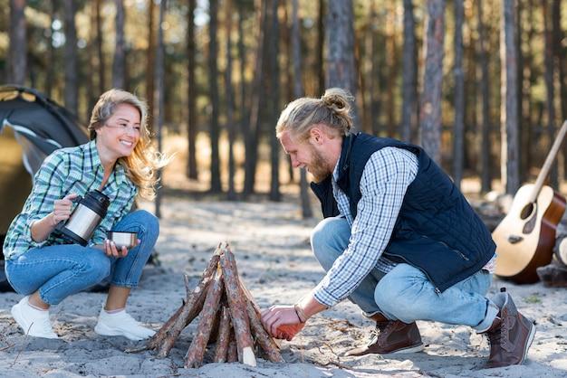 Paar macht ein lagerfeuer