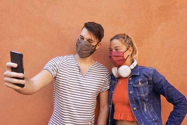 Paar macht ein selfie mit gesichtsmasken