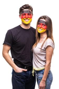 Paar, mann und frau, fans unterstützen zusammen deutsche nationalmannschaften gemaltes flaggengesicht. fans emotionen.
