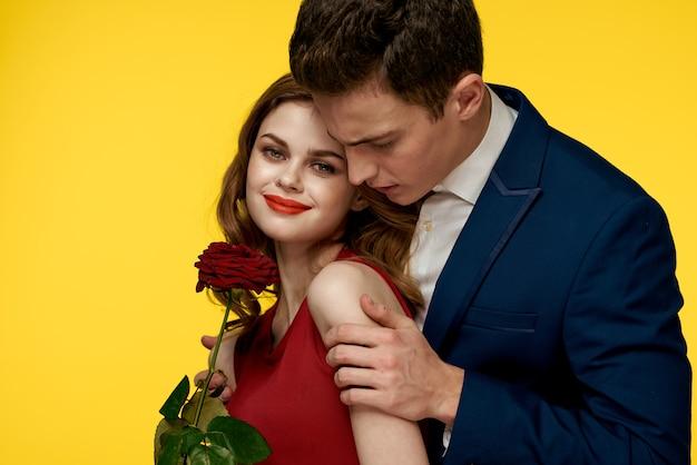 Paar mann und frau mit roter rose. valentinstag konzept