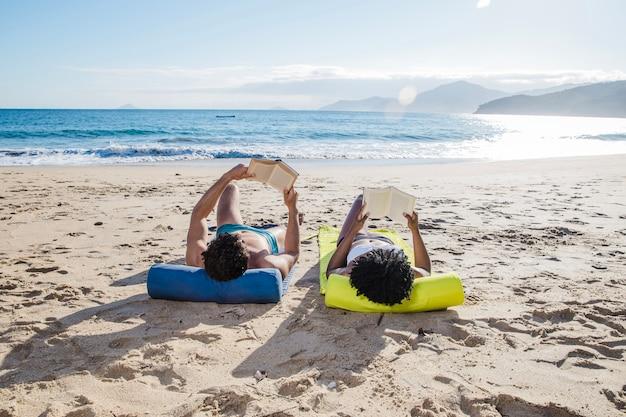 Paar mit büchern am strand