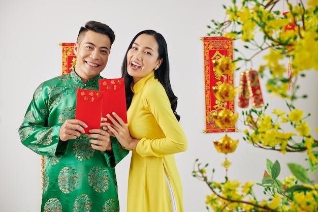 Paar mit chinesischen neujahrsgeschenken