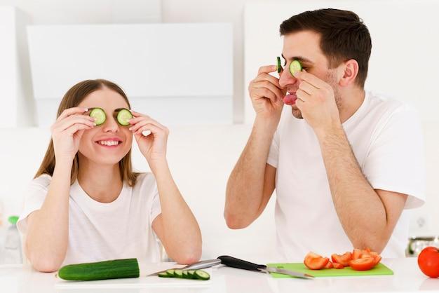 Paar mit cucumberg slieces auf den augen