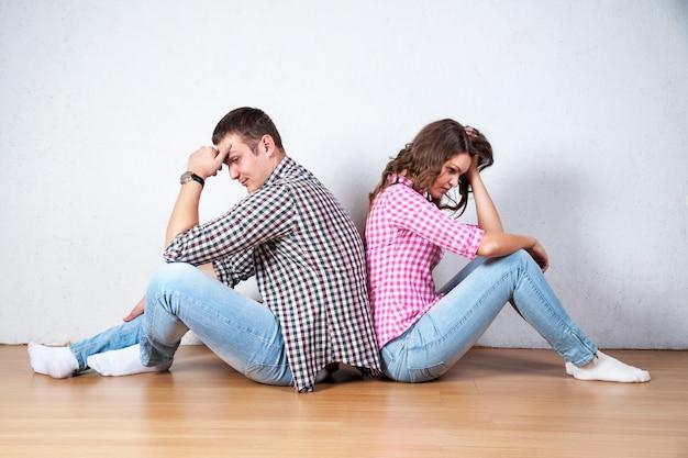 Paar mit dem rücken sitzend drehte sich nach einem streit