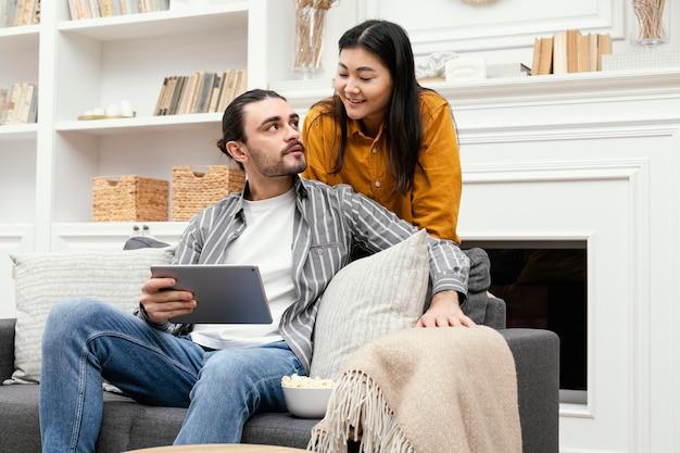 Paar mit einem digitalen tablet und schauen sich an