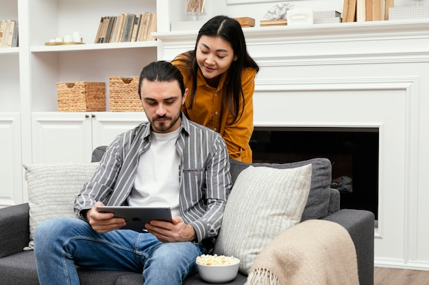 Paar mit einem digitalen tablet und zeit miteinander verbringen