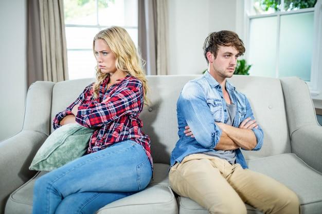 Paar mit einem streit auf dem sofa