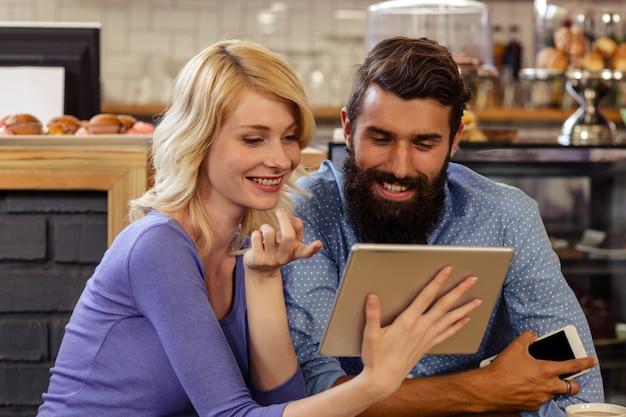 Paar mit einem tablet pc