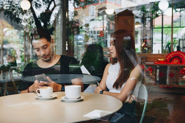 Paar mit einem telefon in einem café