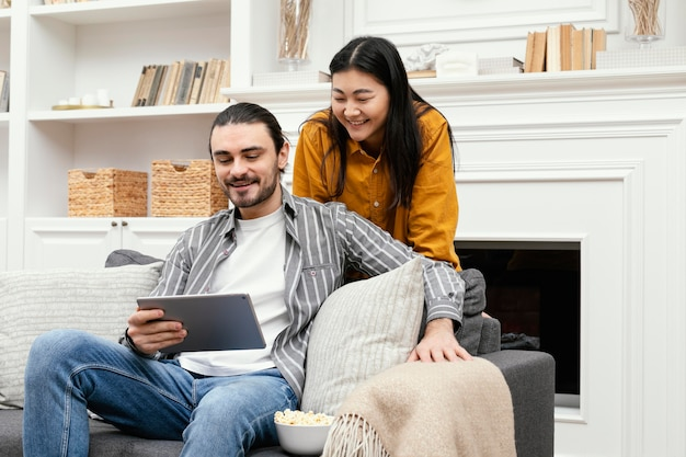 Paar mit einer digitalen tablet-langzeitansicht