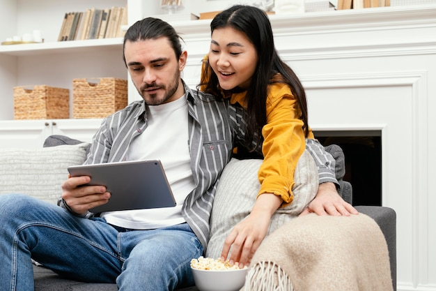 Paar mit einer digitalen tablet low view