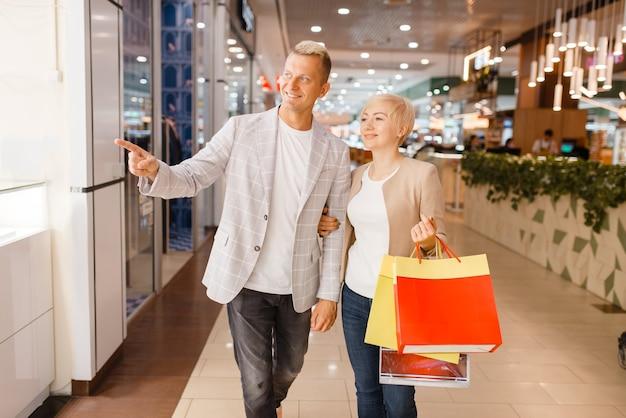 Paar mit einkaufstaschen im juweliergeschäft