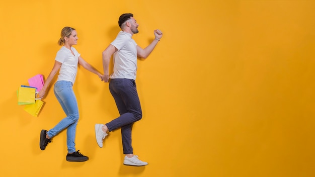 Paar mit einkaufstüten fliegen