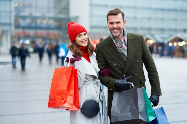 Paar mit einkaufstüten in der stadt