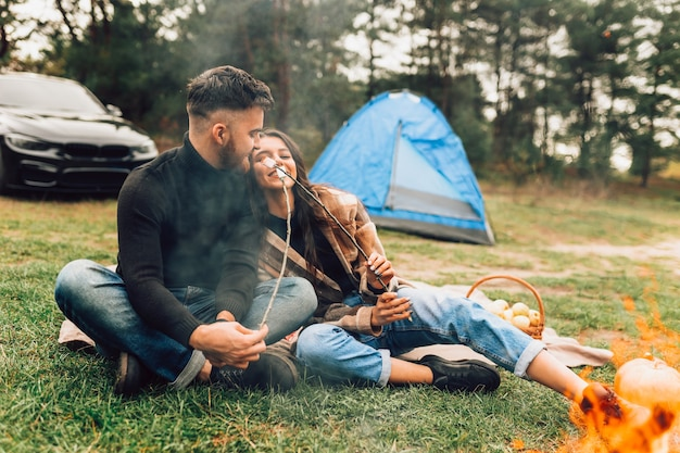 Paar mit gebratenen marshmallows