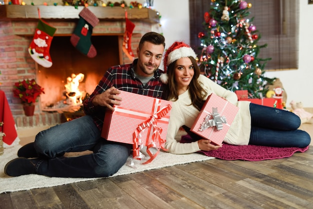 Paar mit geschenk-boxen