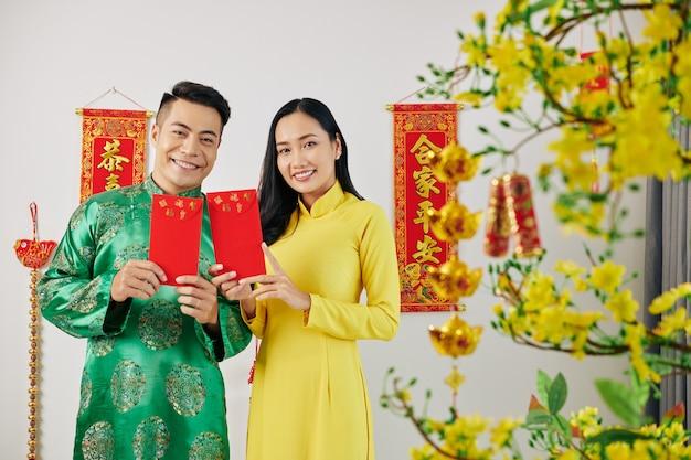 Paar mit geschenken für das neue mondjahr