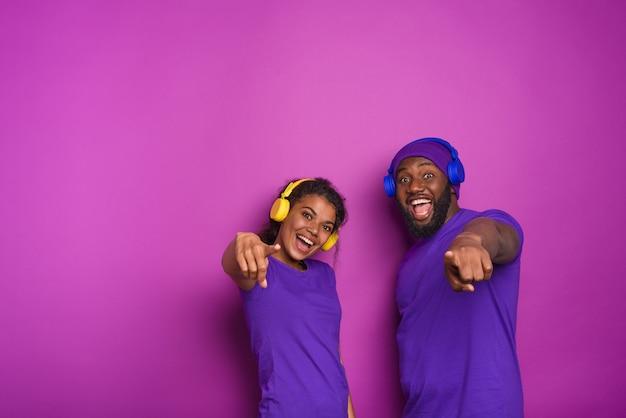 Paar mit headset hören musik und haben ausdruck überrascht.