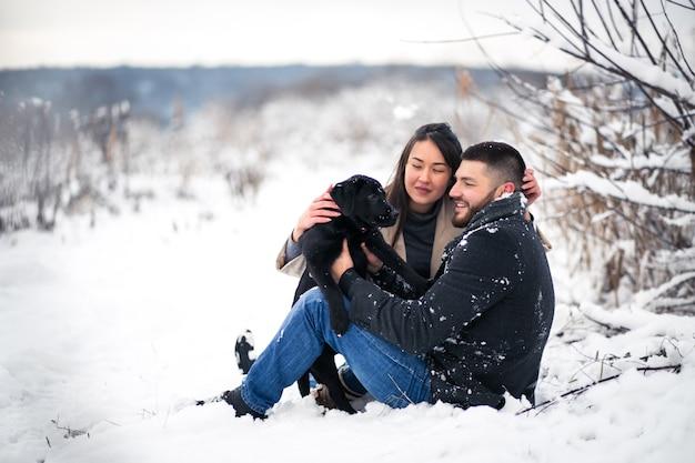 Paar mit hund im winter